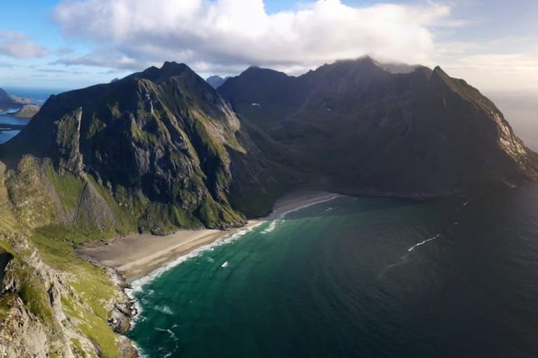 Plage de Kvalvika depuis le Ryten, Îles Lofoten, Norvège - SUMMIT CAIRN